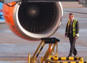 Avant chaque vol, l'un des pilotes fait le tour de son avion pour une vérification. La check list se terminera ensuite à deux, dans le cockpit