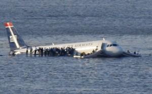 On le voit, les portes arrières ne peuvent pas être ouvertes et les passagers vont devoir évacuer sur les ailes...