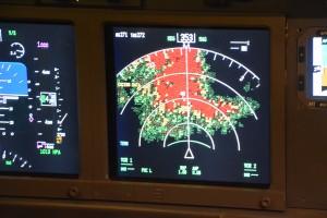Le GPWS (ici dans le simulateur de vol de Pontoise dans lequel ont lieu les stages contre la peur de l'avion) permet de connaître le relief face à nous. Les pilotes recevront des alertes s'ils s'approchent trop des zones rouges.