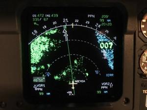 A gauche du relief plus bas que l'avion (en vert), au milieu ne vallée (en noir), à droite la mer (en bleu)